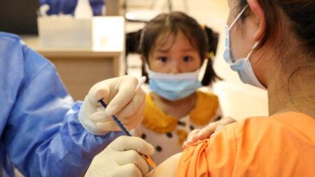 China comienza a vacunar a niños de tan solo 3 años entorno a una nueva oleada de casos de COVID-19