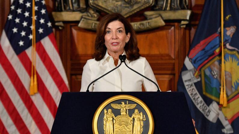 La gobernadora de Nueva York, Kathy Hochul, durante su ceremonia de juramento en el Capitolio del Estado de Nueva York en Albany, Nueva York, el 24 de agosto de 2021. (ANGELA WEISS/AFP a través de Getty Images)
