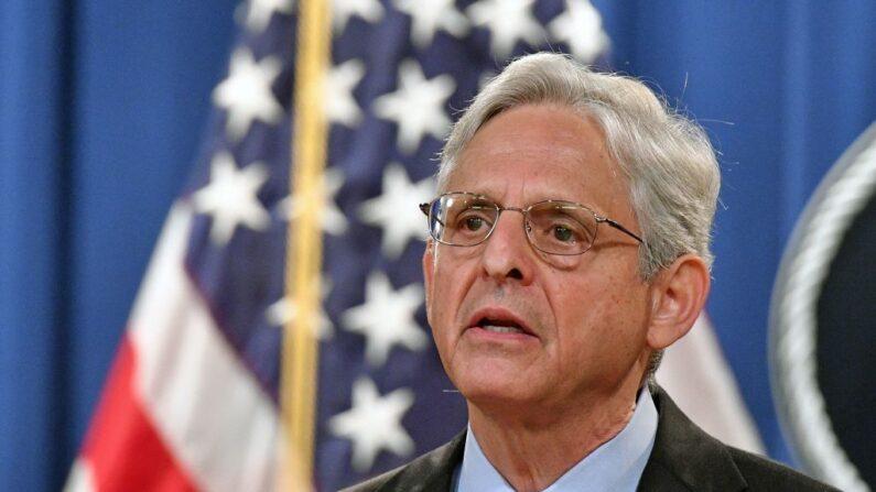 El fiscal general de Estados Unidos, Merrick Garland, ofrece una conferencia de prensa para anunciar una demanda contra Texas en el Departamento de Justicia, en Washington, D.C., el 9 de septiembre de 2021. (MANDEL NGAN/AFP vía Getty Images)