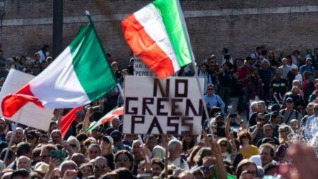 Estallan protestas en toda Italia por decreto gubernamental de vacunación pandémica