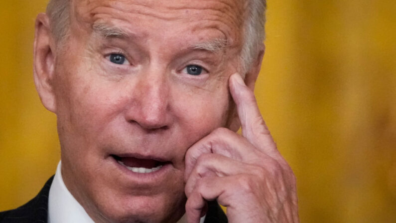 El presidente de Estados Unidos, Joe Biden, habla sobre los atascos en la cadena de suministro en la Sala Este de la Casa Blanca el 13 de octubre de 2021 en Washington, DC. (Drew Angerer/Getty Images)