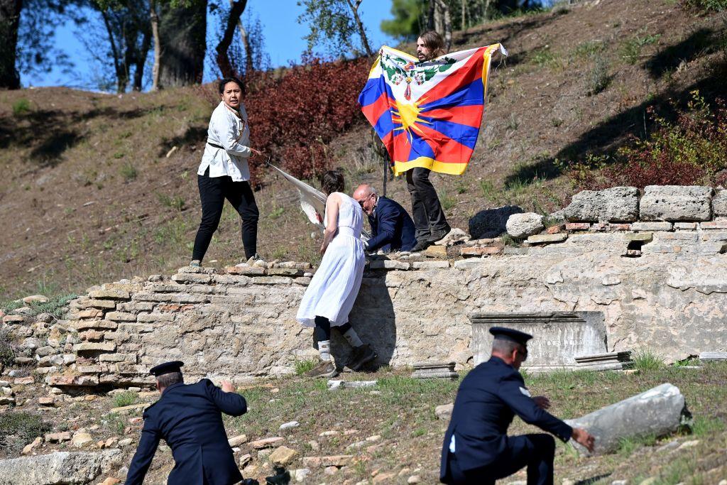Activistas protestan en ceremonia para encender antorcha de Juegos Olímpicos de Beijing