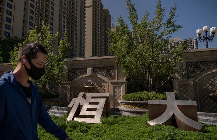 "Crisis de Evergrande presagia desaceleración ""drástica"" de economía china, según un economista"