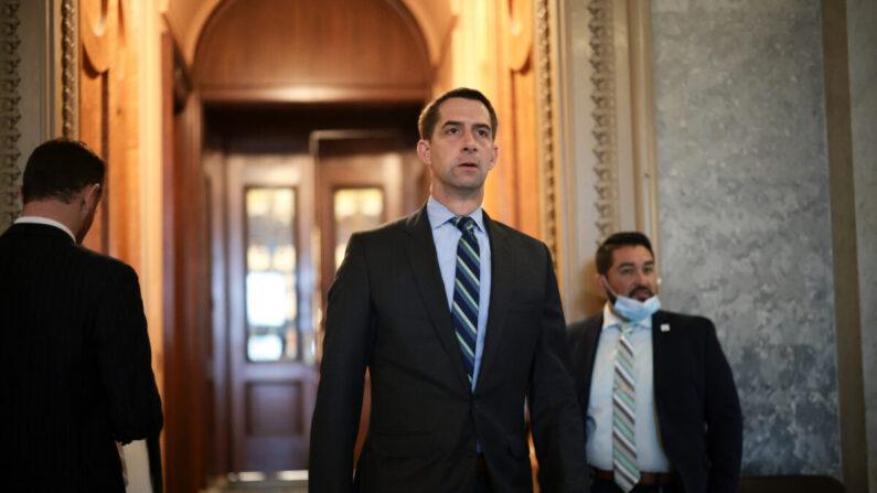 El senador Tom Cotton (R-Ark.) sale de las Cámaras del Senado durante una serie de votaciones en el edificio del Capitolio de los Estados Unidos en Washington, el 6 de octubre de 2021. (Anna Moneymaker/Getty Images)