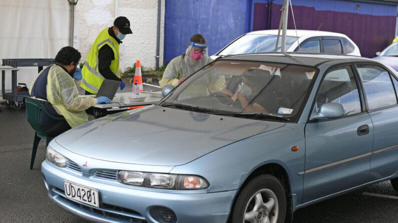 Gente en automóviles son vacunadas en el centro de vacunación de Te Taiwhenua o Heretaunga el 8 de octubre de 2021 en Hastings, Nueva Zelanda. (Kerry Marshall/Getty Images)