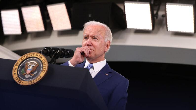 El presidente de Estados Unidos, Joe Biden, habla sobre las cifras de empleos en el auditorio de South Court, en Washington, D.C., el 8 de octubre de 2021.  (Chip Somodevilla/Getty Images)