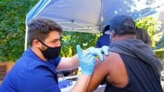 Más estadounidenses reciben dosis de refuerzo contra COVID-19 que vacunas: Datos de los CDC