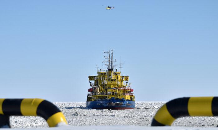 Una foto tomada el 16 de abril de 2015 muestra el rompehielos Tor en el puerto de Sabetta, en la costa del mar de Kara (península de Yamal) cerca del círculo polar ártico, a unos 2450 km de Moscú. El proyecto Yamal LNG (gas natural licuado), cuyo objetivo es extraer y licuar el gas del yacimiento de Yuzhno-Tambeyskoye, tiene previsto iniciar su producción en 2017. La rusa Novatek tiene una participación del 60 por ciento en la empresa. La francesa Total y la china CNPC tienen un 20 por ciento cada una. (Kirill Kudryavtsev/AFP vía Getty Images)