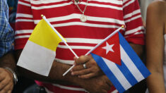 El Vaticano impide banderas y carteles de cientos de cubanos en apoyo a las protestas en la isla