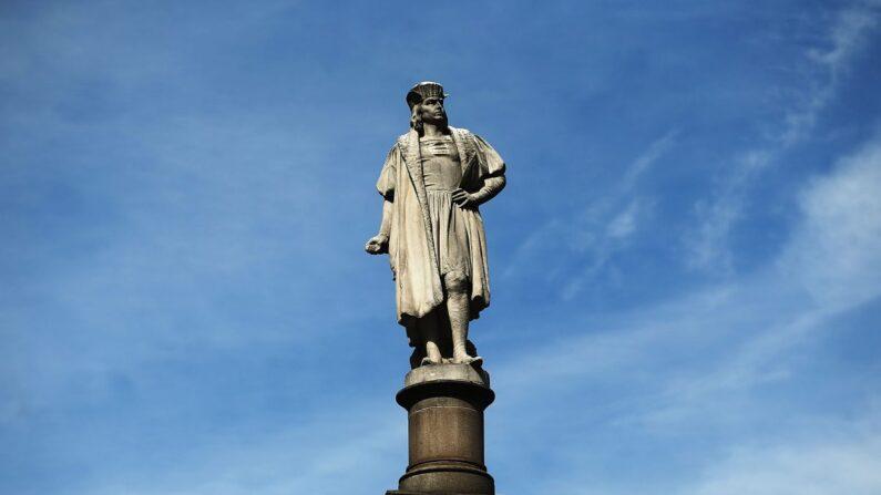 Una estatua de 76 pies del explorador Cristóbal Colón se encuentra en el círculo de Colón en la ciudad de Nueva York el 23 de agosto de 2017. (Spencer Platt/Getty Images)