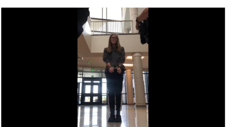 Captura de pantalla del video de Grace Smith, de 16 años, arrestada en Laramie High School el 8 de octubre por no usar mascarilla. (Video de YouTube/Captura de pantalla a través de The Epoch Times)