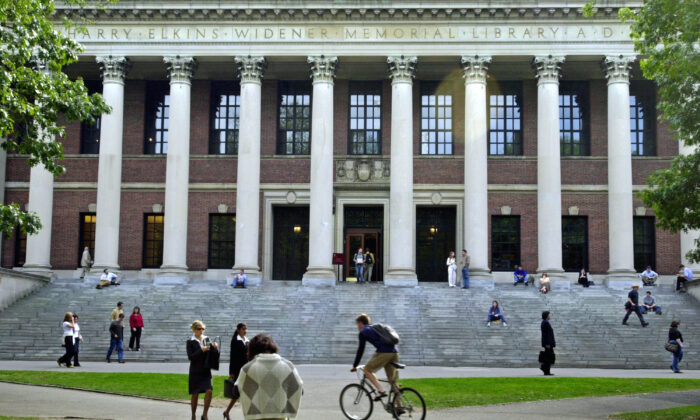 Estudiantes pasan frente a la Biblioteca Widener de Harvard en Cambridge, Massachusetts, el 10 de octubre de 2003. (William B. Plowman/Getty Images)