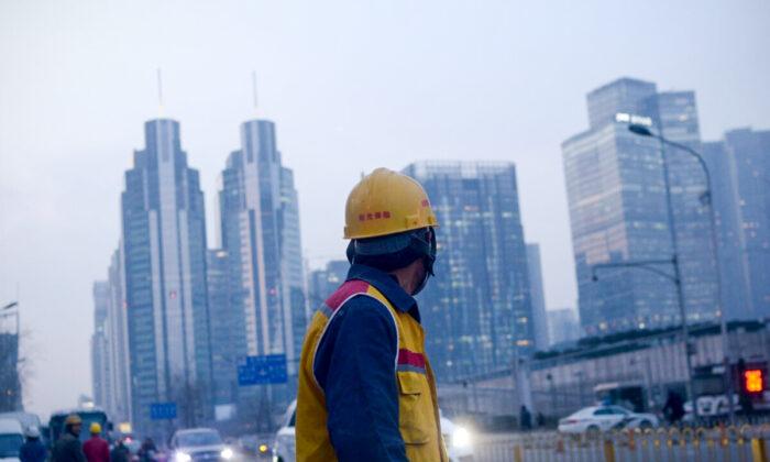 """Condiciones de trabajo brutales hacen que un hombre chino prefiera """"tumbarse"""""""