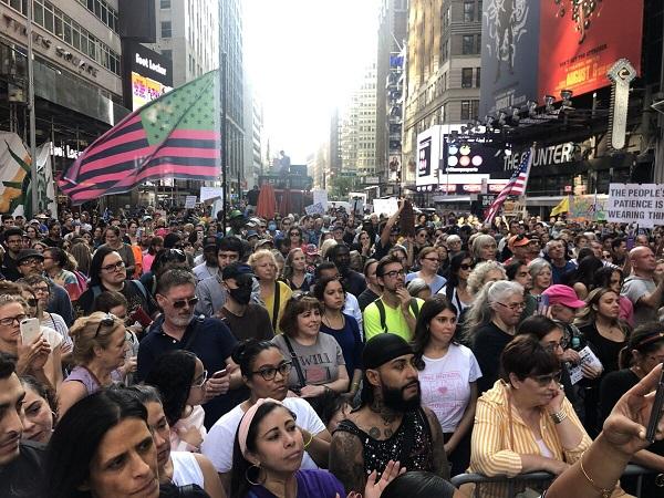 """Miles de personas protestan contra orden de vacunas en """"Mitín de Broadway-NYC por la Libertad"""""""