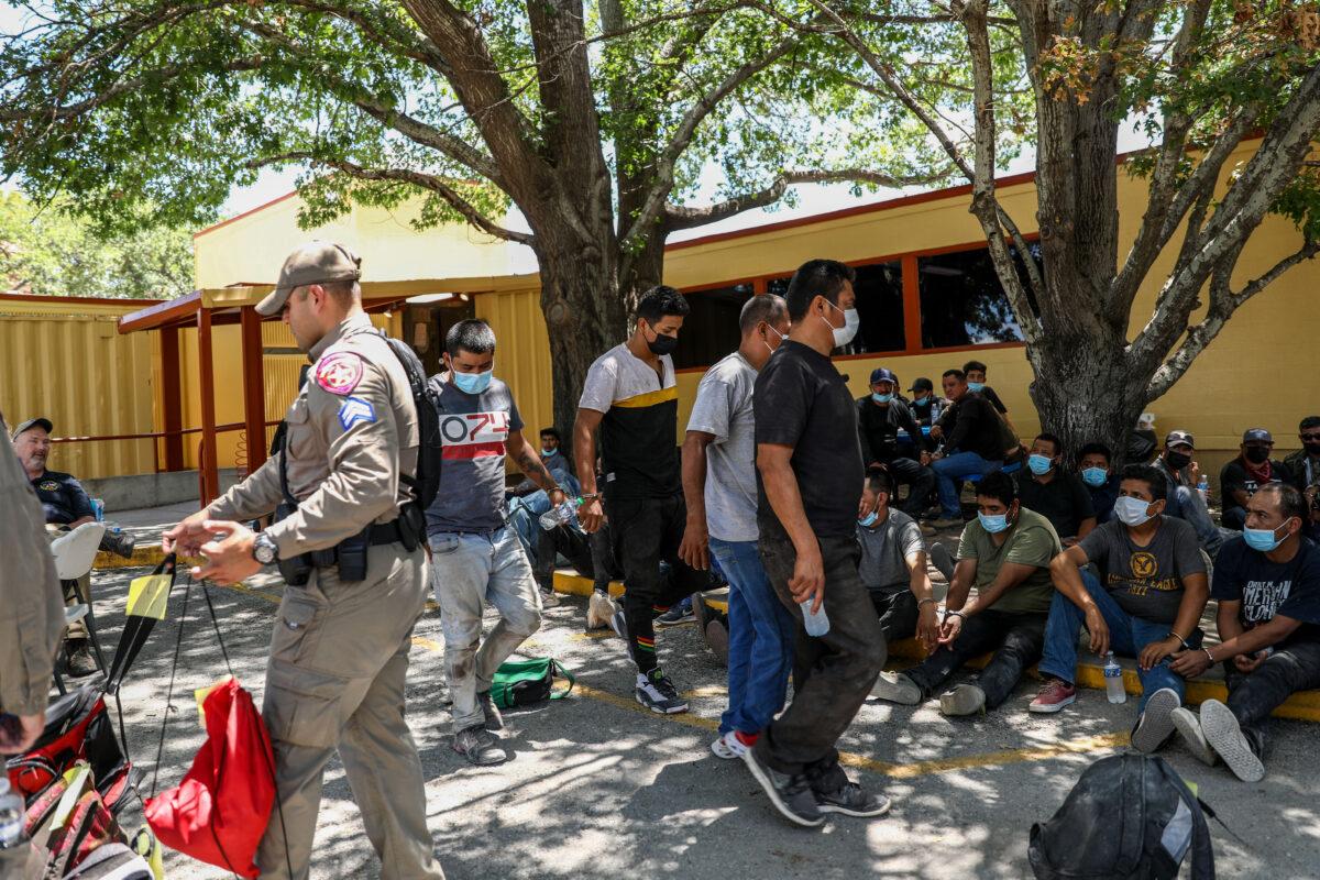 Milicia va al condado fronterizo de Texas para disuadir la inmigración ilegal
