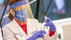 """Órdenes de vacunación de California son """"tiranía médica"""", dice médico de la UCLA"""