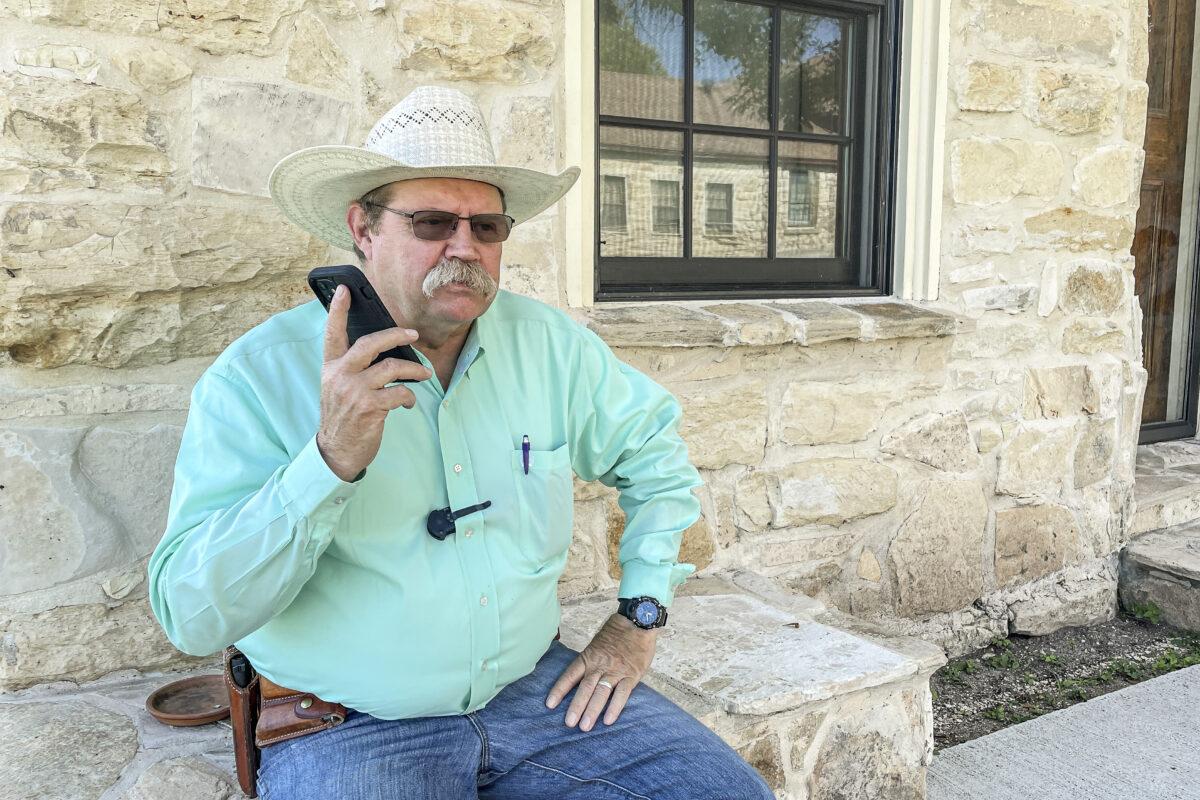 Alguacil fronterizo dice que el estado amenazó con retirar recursos si no detenía a la milicia