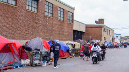 """Surgen disputas sobre cómo ayudar a las personas sin hogar en la """"Milla de la Metadona"""" en Boston"""