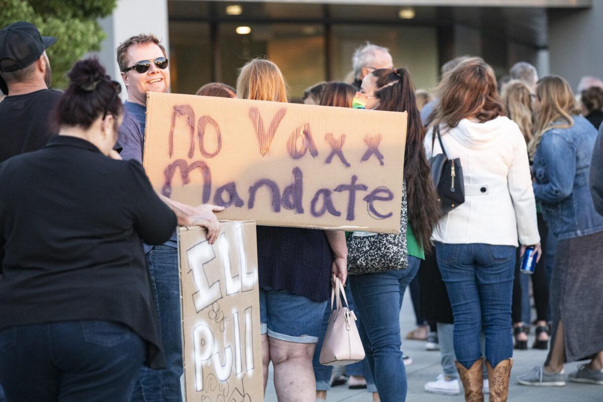 Arrestan a hombre que lanzó su auto a grupo que protestaba contra decreto de vacunas en Los Ángeles