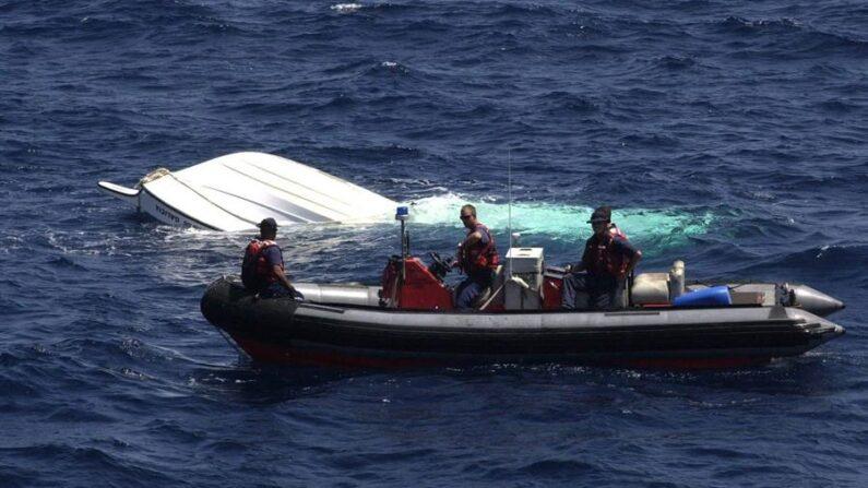 Fotografía de archivo de miembros de la Guardia costera de EE.UU. que realizan una búsqueda en Puerto Rico. EFE/Danielle De Marino