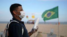 Hombre afectado por la pandemia, pide empleo con un cártel en la calle y le llueven ofertas