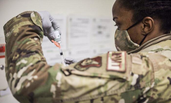 Más de 12,000 miembros de la Fuerza Aérea están por no cumplir el plazo de vacunarse contra COVID-19