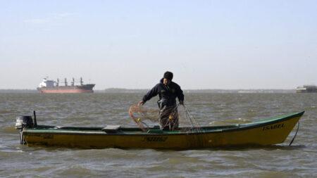 Barcos subsidiados por China cerca de Sudamérica suscitan preocupación por pesca ilegal