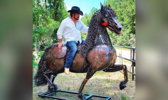 Artista usa chatarra oxidada para crear toros, caballos y otras grandes bestias