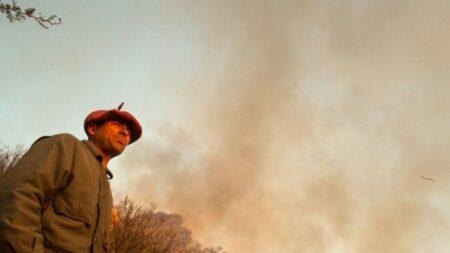 Estudiante y bombero voluntario argentino presenta examen en un descanso, mientras combatía el fuego