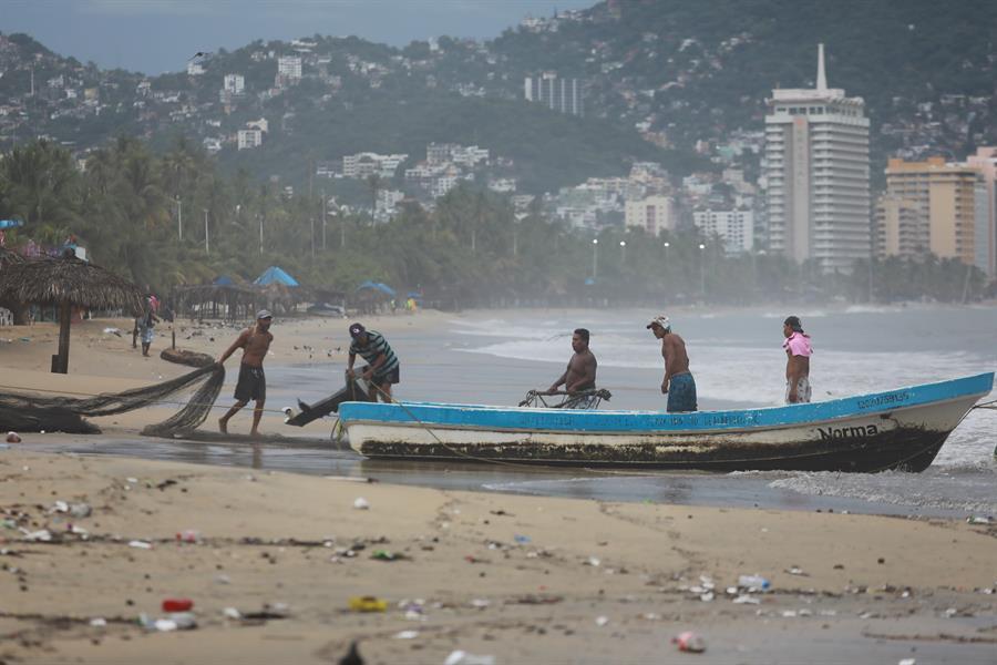 Rick se debilita a tormenta tropical en el estado mexicano de Michoacán