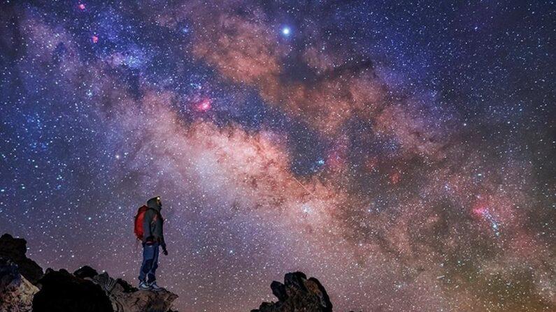 Fotografía de archivo de una persona observando la Vía Láctea. EFE/ Daniel López