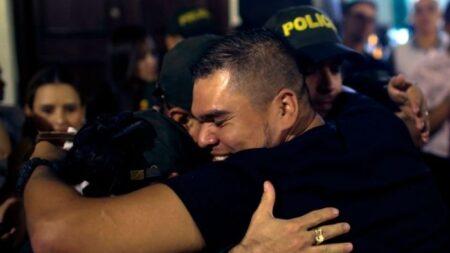 """Policía de Colombia encuentra a su hermano desaparecido 20 años atrás: """"Vivía en las calles"""""""
