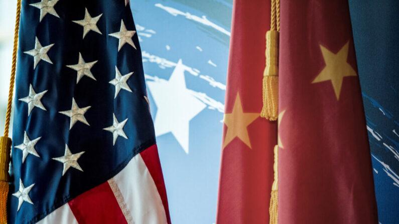 Las banderas nacionales de China y Estados Unidos se ven durante un evento promocional en Beijing, China, el 30 de junio de 2017. (Fred Dufour/AFP vía Getty Images)