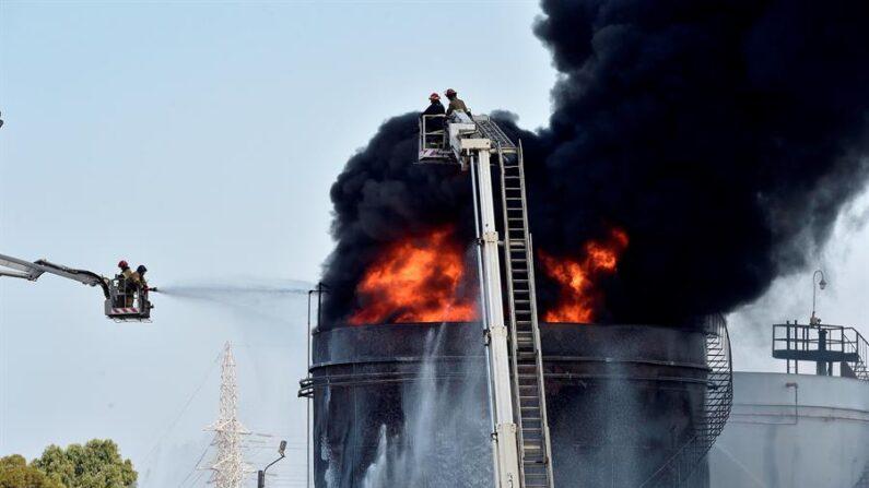 """El incendio comenzó a las 7.00 hora local (5.00 GMT) """"por motivos desconocidos"""" en un tanque de combustible del Ejército situado en las instalaciones de la planta de energía de Al Zahrani, una de las principales centrales de suministro de electricidad en el Líbano, dijo el ministro de Energía y Agua libanés, Walid Fayyad. EFE/EPA/Wael Hamzeh"""