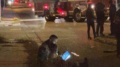 Bombero es captado leyendo un libro a una niña después de un accidente