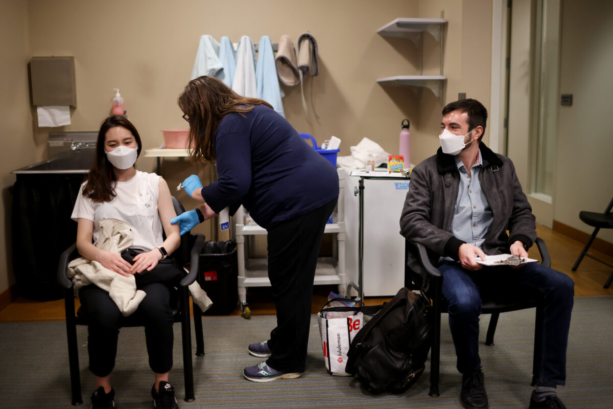 Maine: Corte de Apelaciones rechaza detener orden de vacunas, grupo piensa recurrir a Corte Suprema