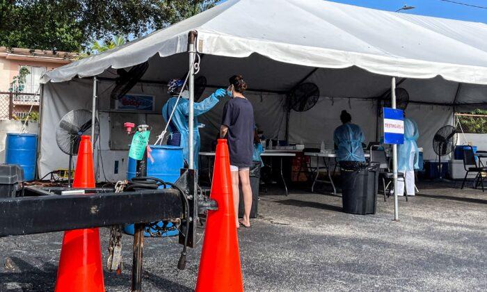 Personal médico realiza pruebas de COVID-19 en Miami, Florida, el 1 de septiembre de 2021. (Chandan Khanna/AFP vía Getty Images)