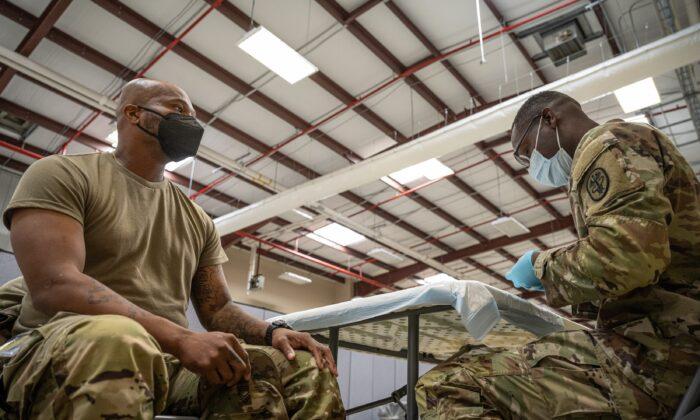 Un miembro del ejército de EE.UU. antes de recibir una vacuna anti-COVID, en Fort Knox, Ky., el 9 de septiembre de 2021. (Jon Cherry/Getty Images)