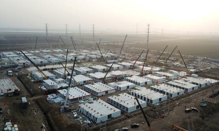 """Una fotografía tomada el 16 de enero de 2021 muestra unas instalaciones de cuarentena en construcción, donde las personas con riesgo de contraer la COVID-19 serán puestas en cuarentena en Shijiazhuang, en el norte de la provincia de Hebei, después de que la provincia declarara el """"estado de emergencia"""". (STR/CNS/AFP vía Getty Images)"""