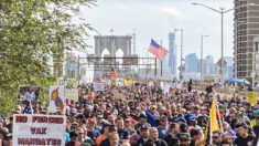 Bomberos y policías de NY desafían las órdenes de vacunación en la mayor protesta hasta la fecha
