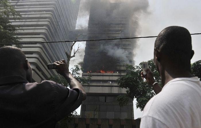 Jóvenes escalan un edificio para salvar a un abuelito en medio de un incendio