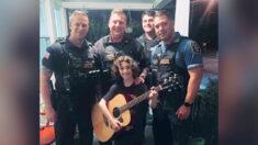 Policía regala guitarra a un niño al que unos acosadores le habían destrozado la suya