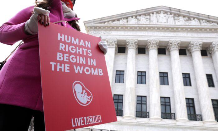 Una activista provida sostiene un cartel fuera de la Corte Suprema de Estados Unidos durante la 48° Marcha por la Vida, en Washington, el 29 de enero de 2021. (Alex Wong/Getty Images)