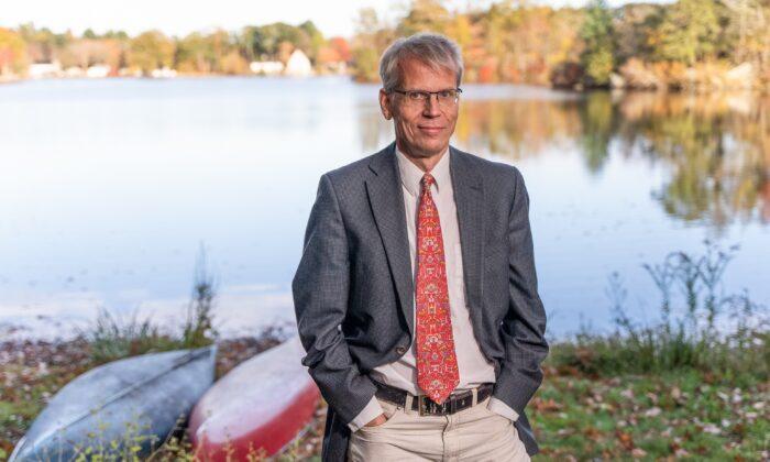Los niños no deberían recibir vacunas anti-COVID: Profesor de Harvard
