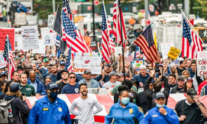 Empleados de Nueva York protestan contra orden de vacunación frente a próxima fecha límite