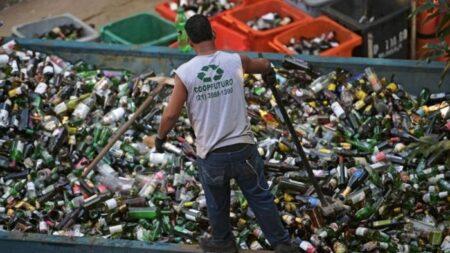 Brasileño hace grandes donaciones a hospital oncológico solo recolectando latas en las calles