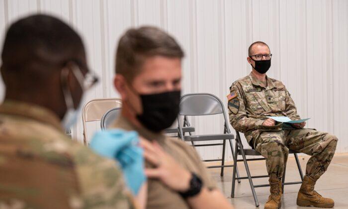 Cientos de miles de soldados estadounidenses siguen sin vacunarse aunque se acerca el plazo límite