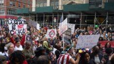 Maestros de NY pueden perder beneficios de salud si no renuncian al derecho de impugnar orden de vacunas