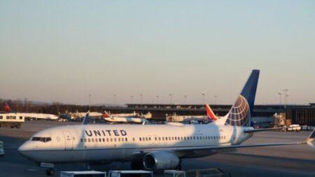 United Airlines despedirá a 232 empleados no vacunados, dice su director