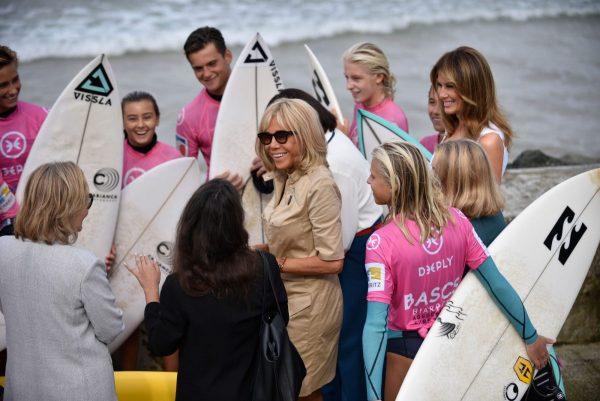A primeira-dama Melania Trump (direita) olha para Brigitte Macron, esposa do presidente francês (centro), durante uma reunião com surfistas na praia Cote des Basques, em Biarritz, sudoeste da França, em 26 de agosto de 2019, no terceiro e último dia da cúpula anual do G7 (JULIEN DE ROSA / AFP / Getty Images)